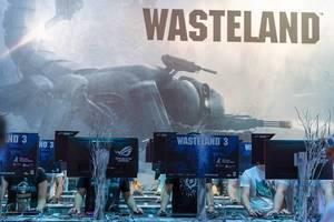 Gamescombesucher an den Spielstationen für das Rollenspiel Wasteland 3
