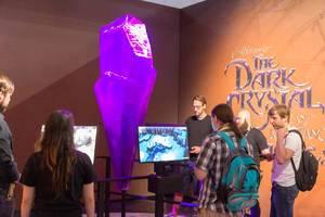 Gamescombesucher testen das Adventure-Computerspiel der gleichnamigen Serie The Dark Crystal: Age of Resistance