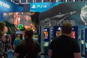 Gamescombesucher und Spielenerds spielen das Remake von Final Fantasy VII auf der PS4