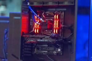Gaming PC mit Viper Gaming Speicher und Wasserkühlung auf der Gamescom 2018
