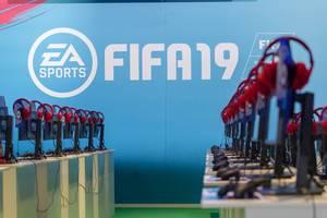 Gaming PCs mit roten Kopfhörern am Messestand von EA FIFA19
