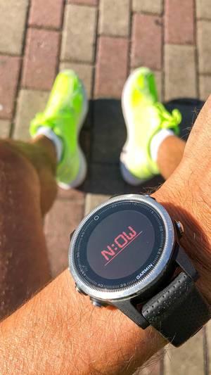 Garmin Smartwatch an einem Männerarm, unterstützt Sportler beim Fitness- und Ausdauersport und hilft Trainingsziele einzuhalten