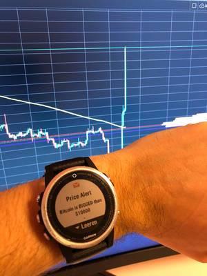 Garmin Smartwatch mit einkommender Benachrichtigung Bitcoin steigt über 10000$ mit Kurswert im Hintergrund