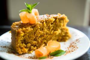 Garniertes Stück Karottenkuchen