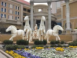 Garten mit römischer Pferdekutsche vor dem Caesars Casino Hotel in Atlantic City, USA