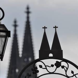 Gartentor mit Wahrzeichen der deutschen Großstadt Köln