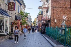 Gasse mit Touristen in der Altstadt