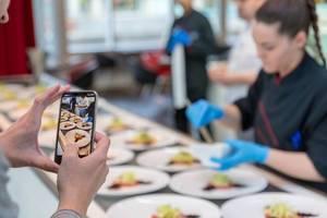 Gast dokumentiert die Zubereitung von Crudo Nicoise im Chino Latino Restaurant