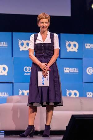 Gastgeberin der Start-up-Konferenz Bits & Pretzels: Britta Weddeling lacht und wird nach dem Obama-Interview geehrt