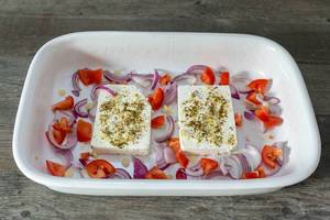 Gebackener Hirtenkäse mit Tomatengemüse in einer Backform