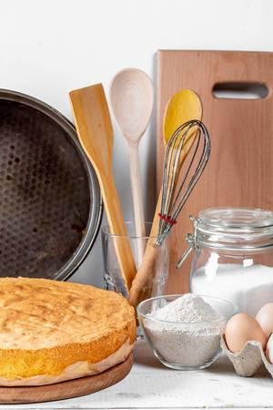 Gebackener Keks mit Mehlzuckereiern und -geräten