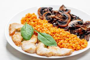 Gebackenes Hühnerfilet mit Pilzen und Linsen und Pilzen