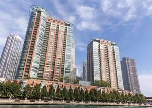 Gebäude am Chicago River an einem sonnigen Tag
