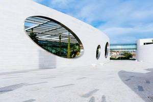 Gebäude der Champalimaud Foundation mit den typischen Löchern in der Wand ohne Personen