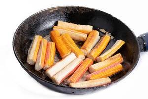Gebratene Surimi-Sticks in der Pfanne