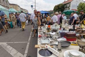 Gebrauchte Pfannen, Geschirr und Kochutensilien am Flohmarkt am Naschmarkt
