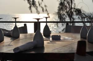 Gedeckter Tisch mit Gläsern aus Porzellan