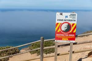 Gefährliche Klippen an der Küste zu Cabo da Roca mit Nebel über dem Ozean im Hintergrund