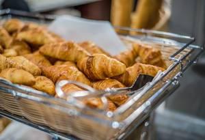 Geflochtener Korb mit Croissants