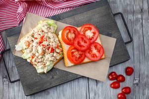 Geflügelsalat und Tomaten auf Toastbrot. Draufsicht