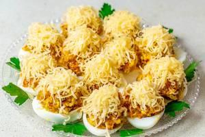 Gefüllte Eier mit geriebenem kekse