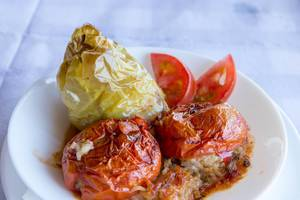 Gefüllte Tomaten und Paprika auf griechische Art. Nahaufnahme