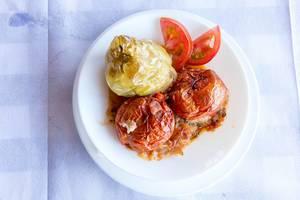Gefüllte Tomaten und Paprika auf griechische Art
