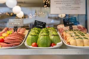 Gefüllte Zucchini im Schaufenster eines Restarant in Rom