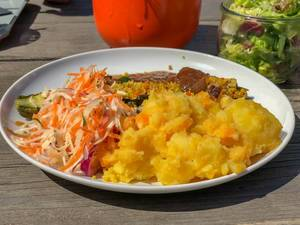 Gefüllte Zucchini mit Quinoa und Nüssen mit veganen Rostzwiebeln, Möhren, Weißkohl, Kartoffel-Kürbis-Püree