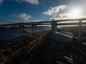 Gegenlichtaufnahme der Brücke Ponte 25 de Abril in Lissabon, Portugal (Drohnenfoto)