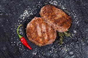 Gegrillte Fleischfrikadellen mit Salz, Chili und Kräutern, aus der Sicht von oben