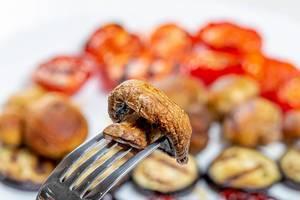 Gegrillter Pilz auf einer Gabel