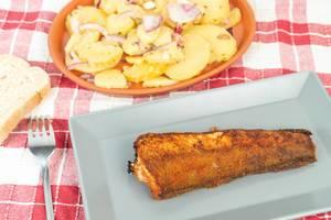 Gegrillter Seehecht mit Kartoffelsalat und einer Scheibe Brot