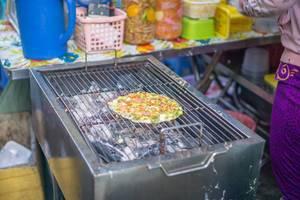 Gegrilltes Reispapier mit Gemüse und Wurst auf dem Markt in Saigon