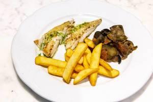 Gegrilltes Schapperfilet mit Pommes und Gemüse auf einem weißem Teller