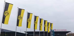 Gehisste BVB-Fahnen wehen im Wind an der Messe Dortmund