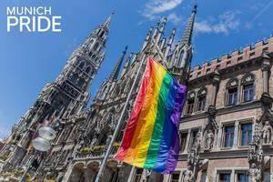 """Gehisste Regenbogenflaggen vor dem Neuen Rathaus am Marienplatz in München, mit dem Bildtitel """"Munich Pride"""", zeigen Solidarität mit dem Christopher-Street-Day"""