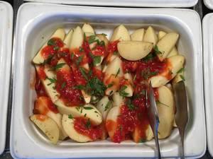 Gekochte Kartoffeln mit Tomatensauce
