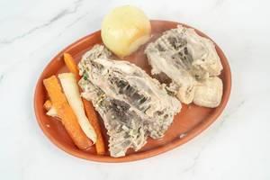 Gekochter Hühnchenrücken mit Möhren, Pastinaken und einer Zwiebel