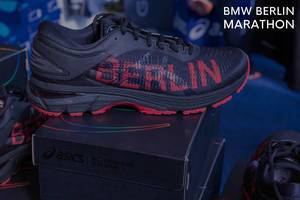 """Gel-Kayano 25 City Icon Laufschuh von Basics, neben dem Bildtitel """"BMW Berlin Marathon"""""""