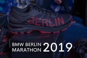 """Gel-Kayano 25 City Icon schwarz-roter Sportschuh von Asics, neben dem Bildtitel """"BMW Berlin Marathon 2019"""""""