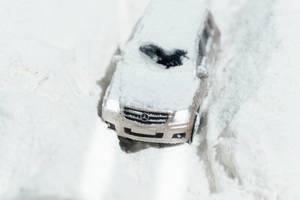 Geländewagen bleibt stecken im dichten Schnee
