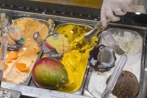 Gelato - Mango-Sorbet bei einer italienischen Eisdiele in Rom