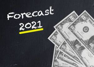 Gelb markierter Text FORECAST 2021 (Prognose 2021) neben US-Dollar Banknoten