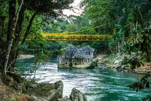 Gelbe Brücke führt über Cahabon River in Guatemala