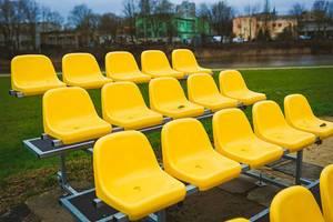 Gelbe Stadion Sitzreihen im Freien