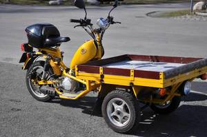 Gelber Dreirad-Transport-Moped