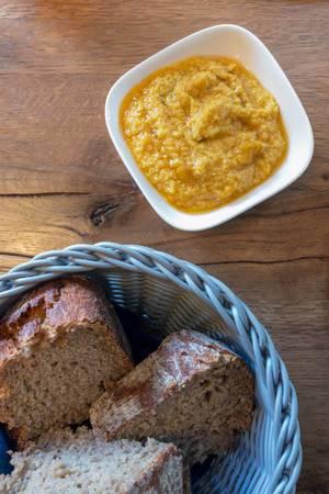 Gelber Hummus und Brot