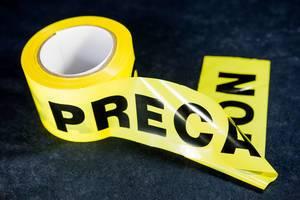 Gelbes Band zum Abgrenzen von Tatorten, Unglücksstellen und Baustellen