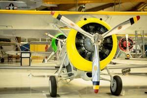 Gelbes Flugzeug mit drei Propellerblättern